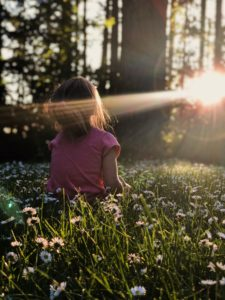 朝陽の中の子供