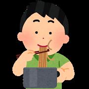 鍋から直接ラーメンを食べる少年