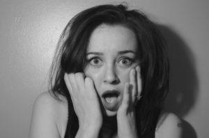 ショックを受ける女性