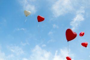 空飛ぶハート型の風船